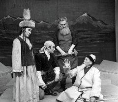 Сцена из спектакля Аджал Ордуна (Не смерть, а жизнь)