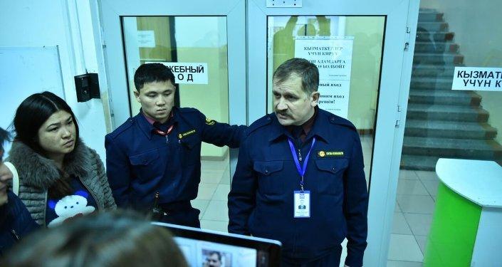 Сотрудники службы безопасности в ЦУМе