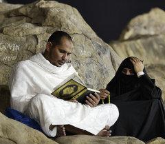 Мусульманский паломник и его жена на горе Арафат