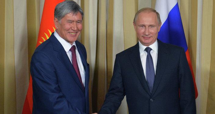Владимир Путин и Алмазбек Атамбаев во время встречи в Москве. Архивное фото