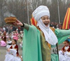 Женщина в роли Мать всех киргизов - участница театрального представления. Архивное фото