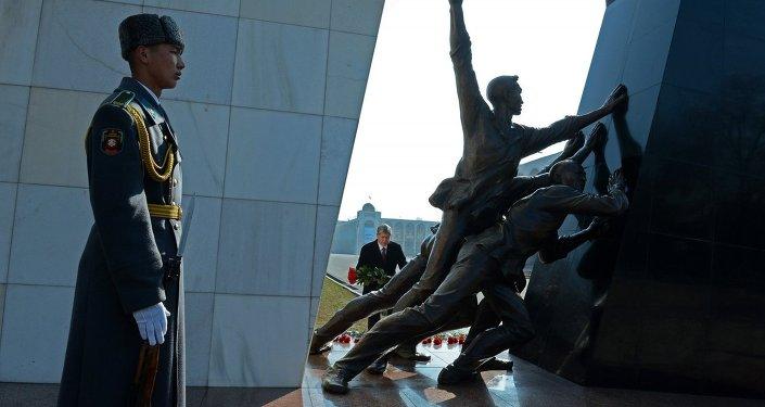 Президент Алмазбек Атамбаев почтил память погибших во время Аксыйских событий 2002 года