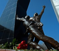 Памятник на площади Ала-Тоо в Бишкеке установленный памяти погибших во время Аксыйских событий 2002 года и Апрельских событий 2010 года. Архивное фото