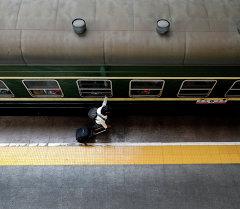 Пассажир на платформе. Архивное фото