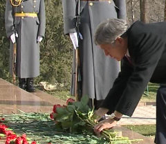 Алмазбек Атамбаев почтил память погибших во время аксыйских событий