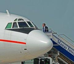 Президент Алмазбек Атамбаев сапарга бара жаткан кези. Архив