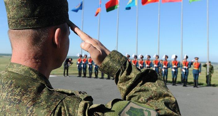 Военнослужащие во время церемонии поднятия государственных флагов во время учений. Архивное фото
