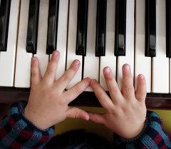 Фортепианодо ойногон бала. Архив