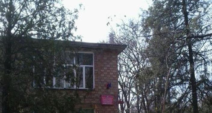 Кусейин Көлбаев көчөсүндө жайгашкан №113 Баластан бала бакчасынын 2-кабатынан төрт жаштагы бала кулап кетти.