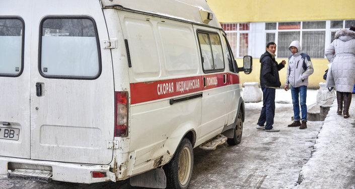 Машина скорой помощи возле входа в больницу. Архивное фото