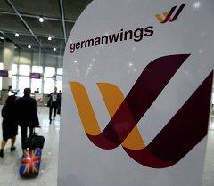 Логотип авиакомпании Germanwings у входа в аэропорт Дюссельдорфа. Архивное фото