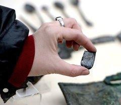 Находки, обнаруженные при археологических раскопках. Архивное фото