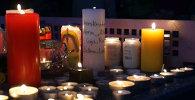 Свечи с именами погибших в авиакатастрофе детей зажгли у школы, где они учились
