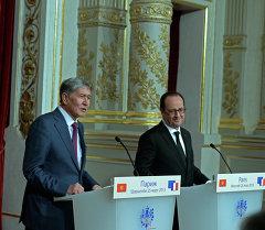 Президент Кыргызской Республики Алмазбек Атамбаев с президентом Французской Республики Франсуа Олландом. Архивное фото