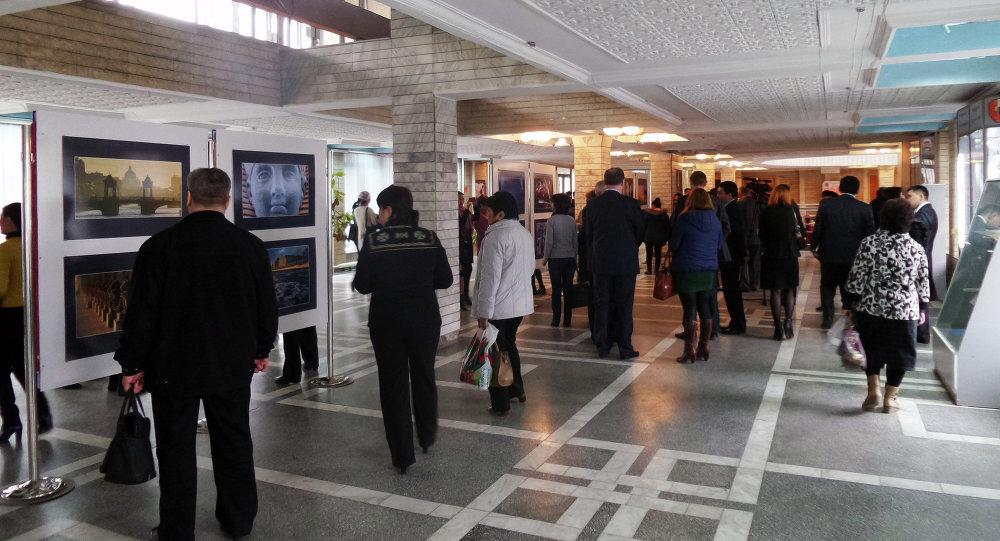 В КРСУ открыта фотовыставка Петербургские встречи в Бишкеке