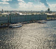 Вид на Неву, Дворцовую набережную и Государственный Эрмитаж в Санкт-Петербурге.  Архивное фото