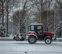 Борьба коммунальщиков со снегом. Архивное фото