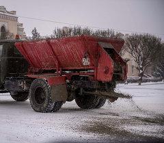 Бишкекте жолго кум чачуу. Архивдик сүрөт