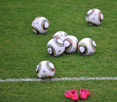 Футбольные мячи на поле. Архивное фото