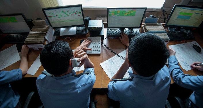 Сотрудники за компьютером. Архивное фото
