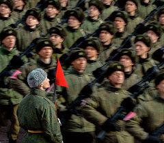 Военнослужащие во время совместной тренировки пеших и механизированных колонн перед Парадом Победы. Архивное фото