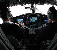 Вид на кабину пилотов самолета. Архивное фото