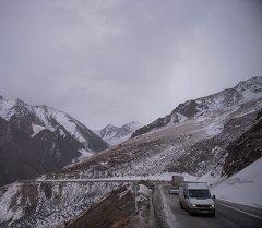 Перевал Тоо-Ашуу на серпантинной дороге соединяющий столицу Кыргызстана с югом. Архивное фото