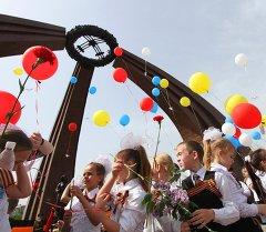 Школьники запускают воздушные шары в память о Великой Отечественной войне на площади Победы. Архивное фото