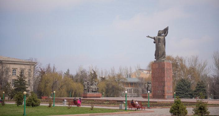 Бишкектин чок ортосунда жайгашкан Революциянын каармандарына эстелиги. Архивдик сүрөт