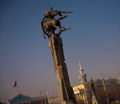 Памятник Манаса возле государственной филармонии в городе Бишкек. Архивное фото