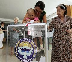 Жители Бишкека на одном из избирательных участков города. Архивное фото