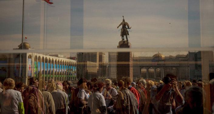 Люди на главной площади столицы. Архивное фото