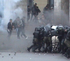 Митингующие берут штурмом Белый дом в Бишкеке. Архивные кадры