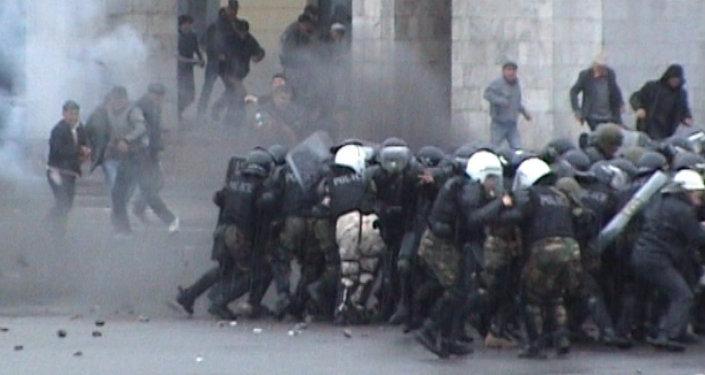 2010-жылдын 7-апрелинде митингге чыккандар Ак үйдү алууга аракет кылууда. Архивдик кадрлар
