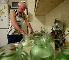 Набор воды в банки. Архивное фото