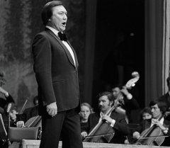 Оперный певец Булат Минжилкиев во время выступления