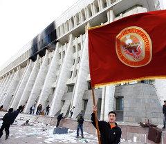 Люди у здания Дома правительства в Бишкеке 7 апреля. Архивное фото