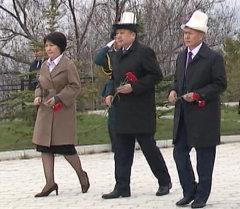 Цветы и молитва — дань памяти погибшим 7 апреля 2010 года