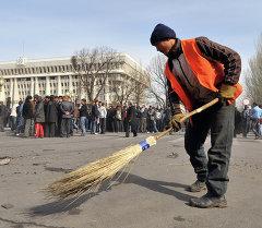 Дворник убирает центральную площадь Ала-Тоо после апрельских событий. Архивное фото