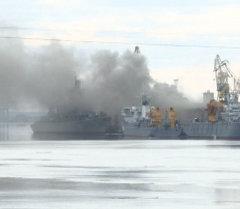Густой дым поднимался над горящей атомной подлодкой Орел в Северодвинске