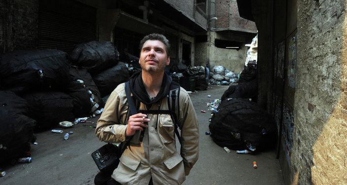 Фотокорреспондент Андрей Стенин на улице Каира. Фото из архива.