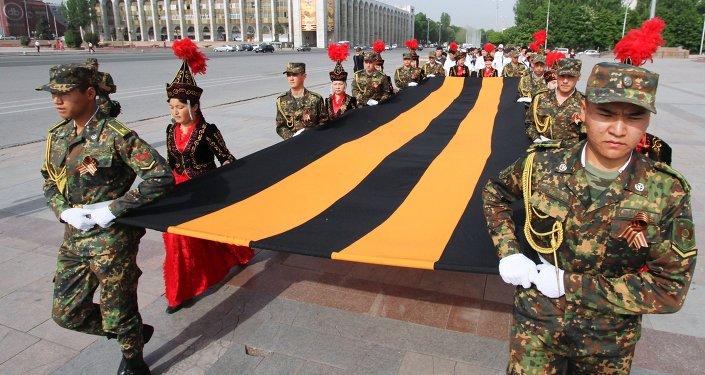 Большую георгиевскую ленту пронесли по центру Бишкека. Архивное фото