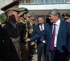 Кыргызстандын аскерлеринин жаңы формасынын эскиздери Атамбаевге жакты