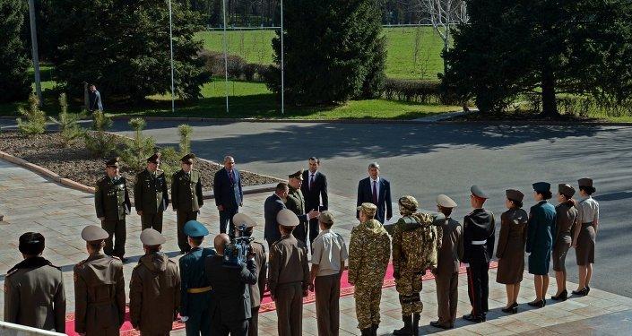 Президент Алмазбек Атамбаев ознакомился с эскизами новой формы одежды для военнослужащих Кыргызстана.
