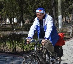 Спортчу Валерий Овчаренко Улуу Жеңиштин урматына Токмок шаарынан Москва шаарына чейин жалгыз велосипет тээп барат.