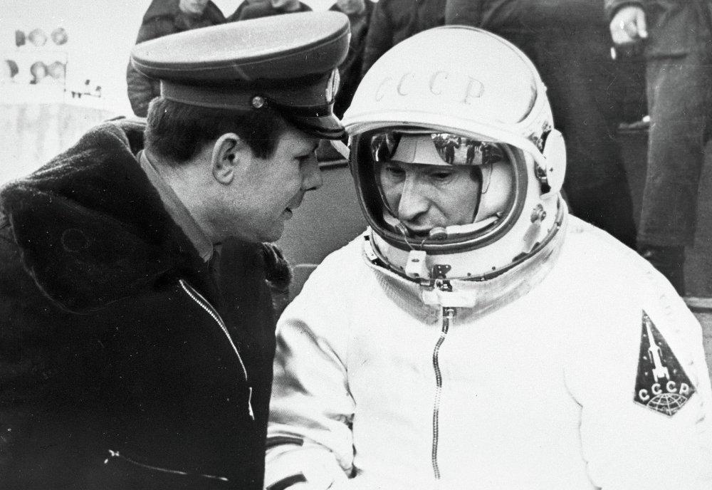 Космонавты Гагарин и Беляев перед полетом Беляева в космос