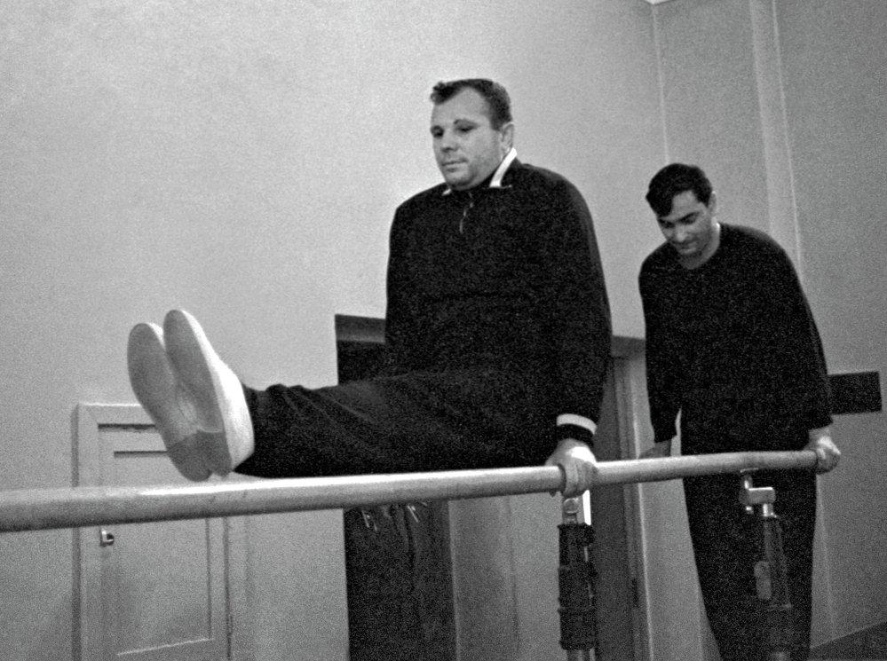 Ю.Гагарин и В.Быковский во время занятий гимнастикой