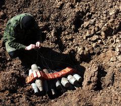 Обезвреживание неразорвавшихся боеприпасов. Архивное фото