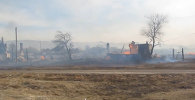 Пожарные тушили пламя в одной из охваченных огнем деревень Хакасии