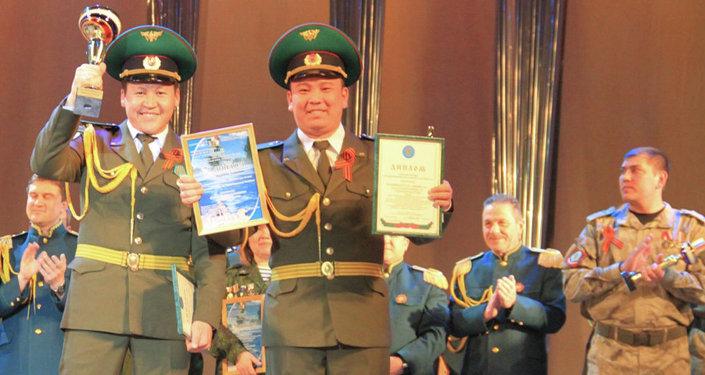 Пограничники Кыргызстана Аксайбек Мукамбет уулу и Алымбек Мамырбай уулу заняли первое место на межрегиональном фестивале армейской песни